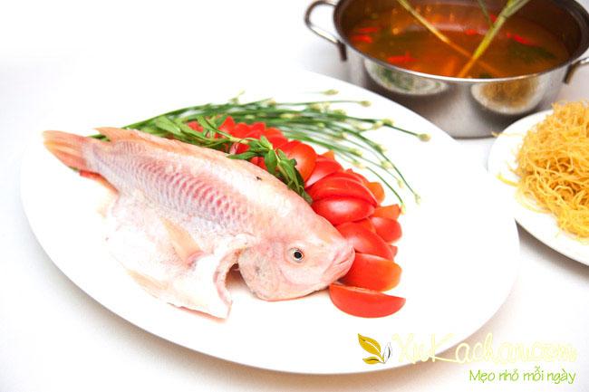 Sơ chế nguyên liệu làm lẩu thái cá diêu hồng