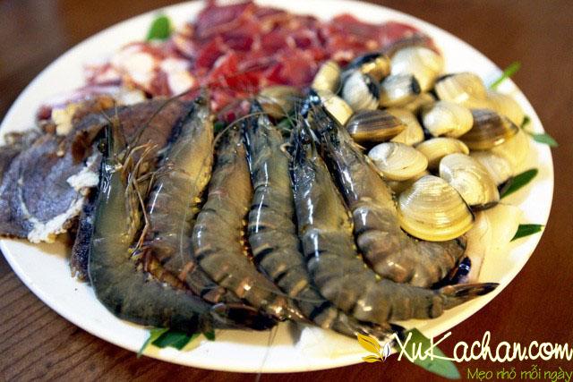 Phần thịt và hải sản sau khi đã sơ chế xong - cách nấu lẩu thái thập cẩm