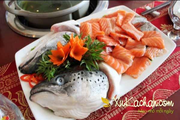 Sơ chế thịt và đầu cá hồi - cách làm lẩu cá hồi