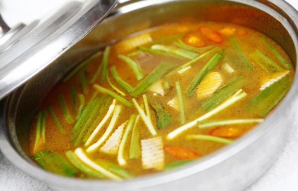 Nấu nước dùng lẩu gà chua cay