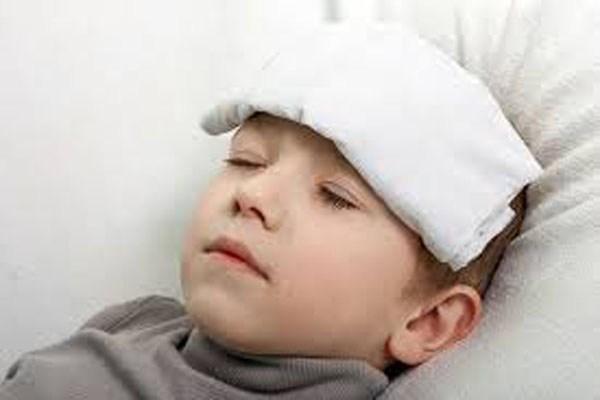 Nếu cơn co giật là do sốt cao, có thể dùng khăn mặt ướt đắp vào trán