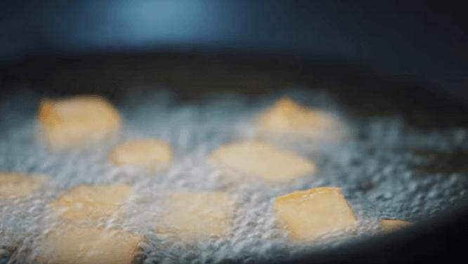 Đậu hũ thái miếng, chiên vàng - cách nấu lẩu cua ngon