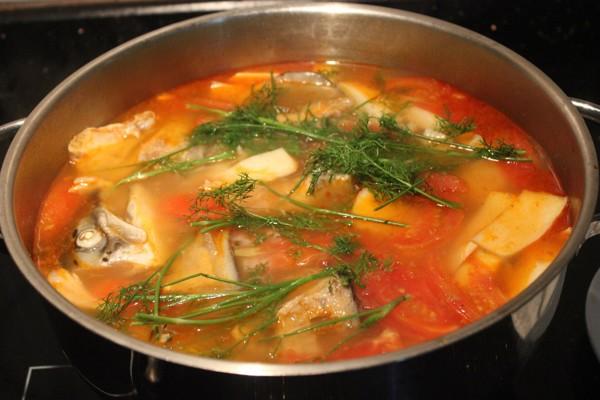 Nấu nước lẩu cá bớp măng chua - cach nau lau ca bop