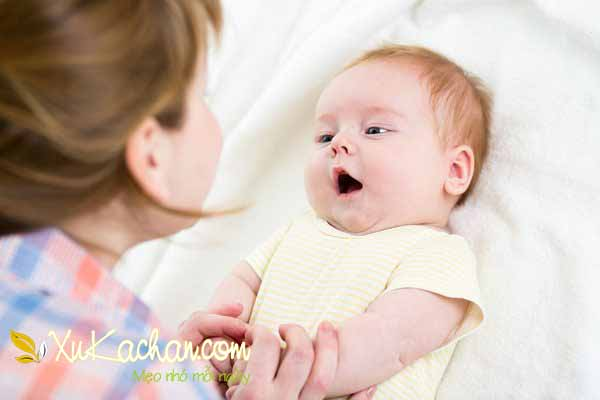 Nuôi trẻ sơ sinh - Khi trẻ hai tháng tuổi, trẻ có thể hóng chuyện và lắng nghe