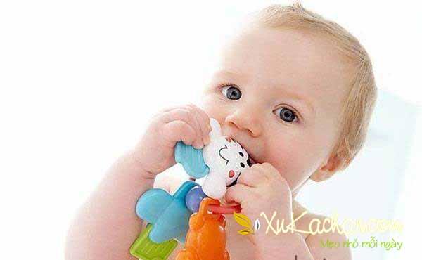 Nuôi trẻ sơ sinh - Khi trẻ 6 tháng tuổi thì bàn tay đã nắm chặt được đồ vật