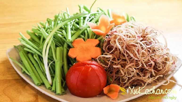 Sơ chế rau ăn lẩu gà chua