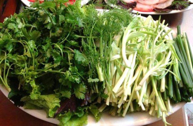 Rau thơm, rau nhúng ăn lẩu được nhặt và rửa sạch - cách làm lẩu cá ngon
