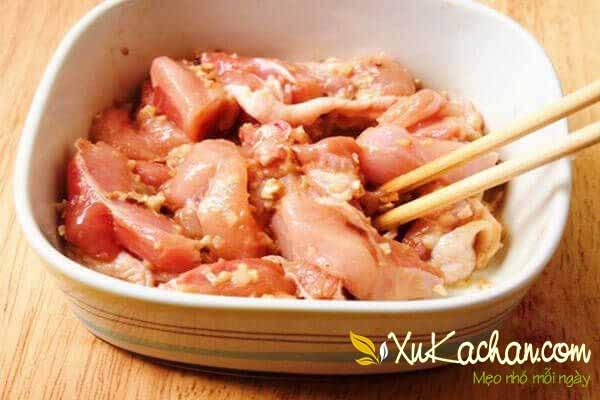 Thịt gà chặt miếng vừa ăn và ướp gia vị - cách nấu lẩu gà lá giang ngon tuyệt