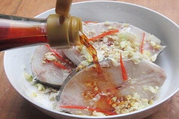 Ướp cá bớp và gia vị khoảng 30 phút - cách nấu lẩu cá bóp măng chua