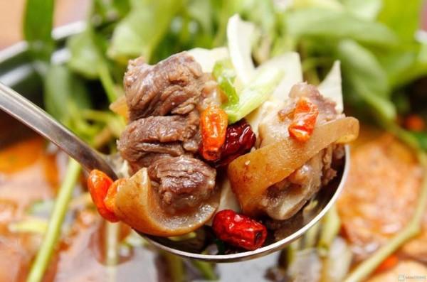 Hầm thêm gân bò để có thể tạo ra được sự phong phú, hấp dẫn cho món lẩu - cách nấu lẩu đuôi bò ngon