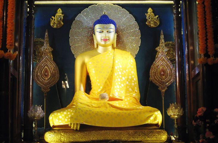 Tượng mạ vàng trong tháp Đại Giác