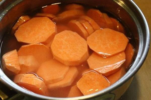 Cắt khoai lang rồi cho vào ngâm với nước vôi trong - cách làm mứt khoai lang