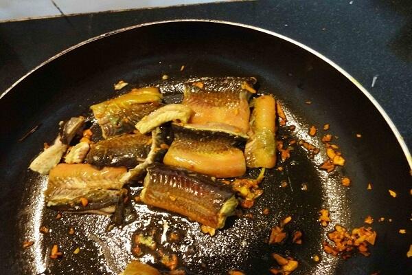 Phi thơm vàng tỏi rồi cho lươn vào xào sơ qua - cach nau lau luon