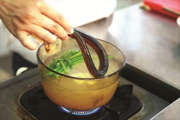 Cho lươn vào luộc với 1 vài lát gừng hoặc nghệ rồi gỡ lấy phần thịt - cach nau chao luon
