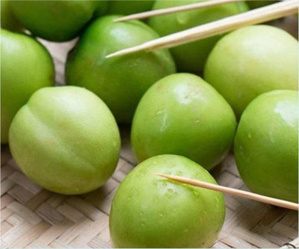 Táo ta rửa sạch, dùng xiên chọc vào xung quanh quả táo - cách làm mứt táo xanh