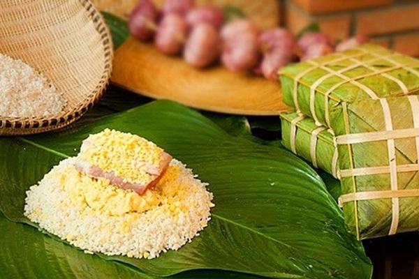 Cho lần lượt gạo, đỗ, thịt, đỗ, gạo vào giữa là dong - cách làm bánh chưng xanh