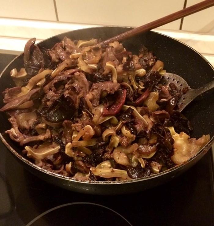 Xào thịt heo săn lại rồi cho nấm meo + nấm hương vào xào chín