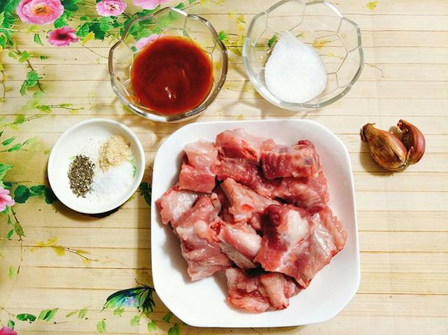 Một số nguyên liệu làm sườn xào chua ngọt - cách làm sườn xào chua ngọt đơn giản
