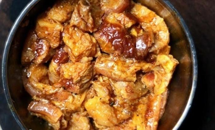 Ướp thịt bò với gia vị và để khoảng 30 phút cho ngấm gia vị - công thức nấu bò kho