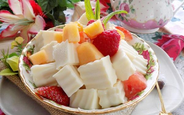 Thưởng thức sữa chua dẻo kèm trái cây sẽ rất hợp và ngon - cách làm sữa chua dẻo ngon
