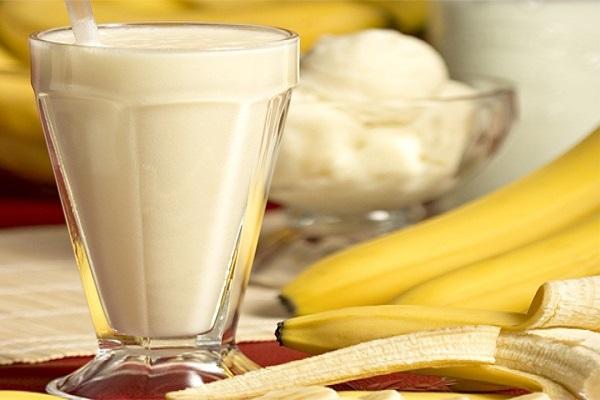 Trút sinh tố chuối ra ly và thưởng thức - sinh tố chuối giảm cân