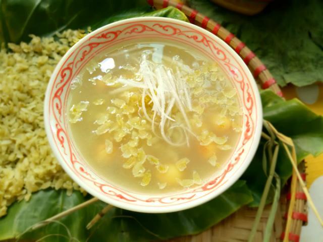 Hoàn thành và thưởng thức chè hạt sen khô nấu với đậu xanh và cốm