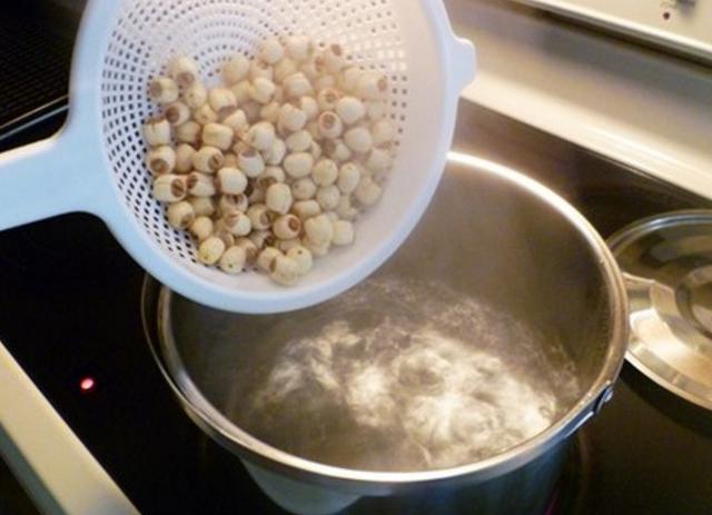 Đun sôi nước rồi trút hết hạt sen khô vào ninh chín - cách nấu chè hạt sen khô