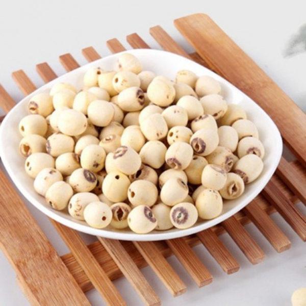 Khi nấu chè hạt sen khô nên chọn những hạt đều nhau, không bị xỉn màu - cach nau che hat sen kho