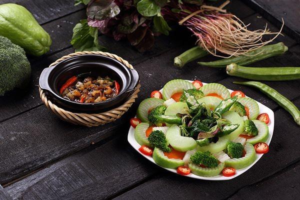 Kho quẹt ăn kèm với rau củ quả luộc và cơm cháy rất ngon