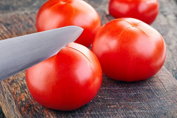 Khía phần đáy cà chua một hình chữ X