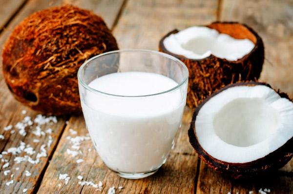 Nước cốt dừa các bạn có thể mua sẵn ngoài siêu thị hoặc tự làm tại nhà - cach nau che dau den