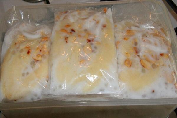 Xếp lần lượt kem chuối vào khay nhựa rồi cho vào tủ lạnh