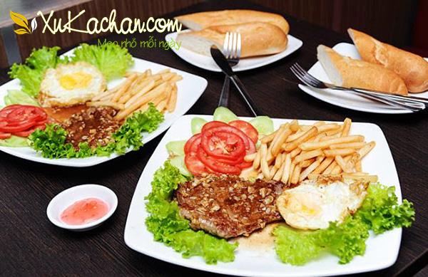 Bò bít tết thơm ngon hấp dẫn ăn kèm với trứng ốp + khoai tây và bánh mỳ