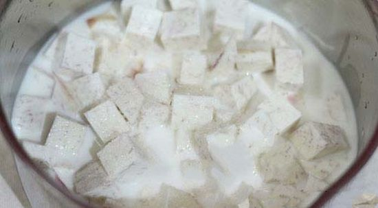 Nấu khoai môn với sữa tươi và đường