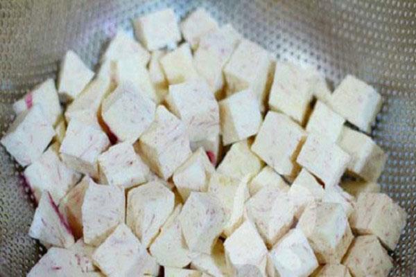 Khoai môn gọt vỏ, rửa sạch rồi thái thành từng miếng vuông nhỏ vừa ăn