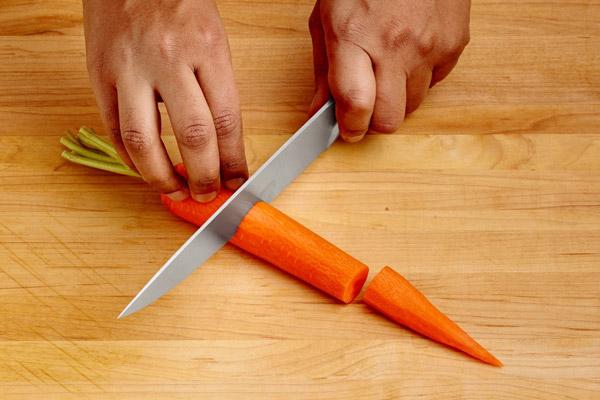 Cắt nhỏ cà rốt để xay cho dễ hơn