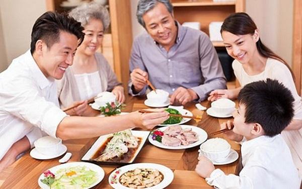 Dạy trẻ mời ông bà bố mẹ ăn cơm
