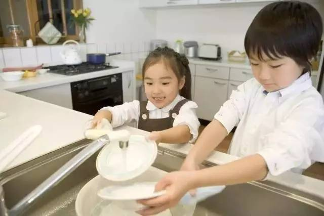 Dạy trẻ dọn bát sau bữa ăn