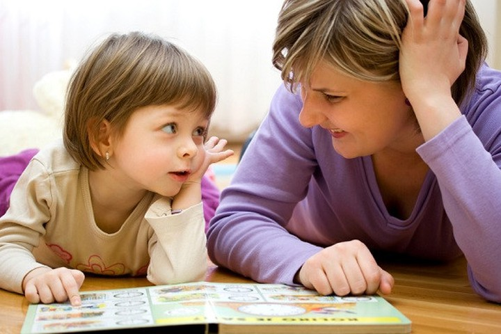 Dạy trẻ tập đọc sách