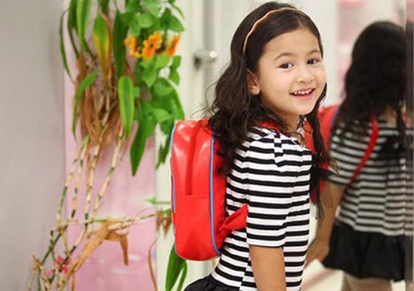 Dạy trẻ tự xếp đồ vào balo đi học