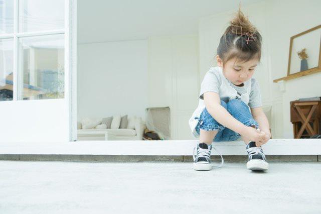 Dạy trẻ tự xỏ giày, xỏ dép