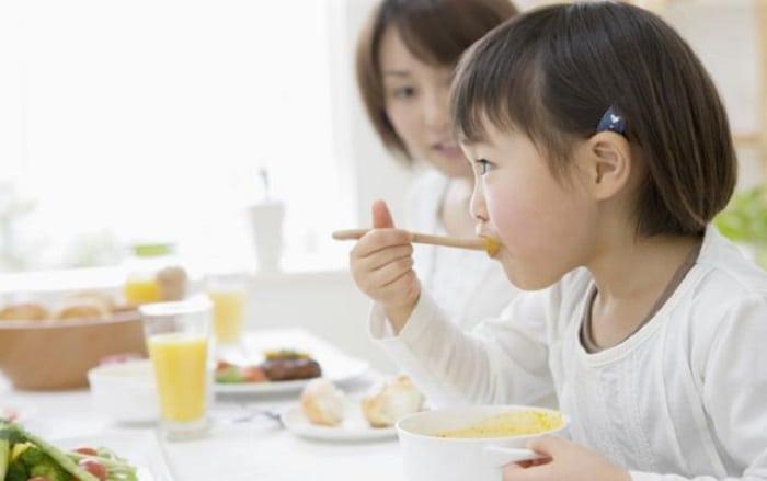 Dạy trẻ tự xúc ăn và không rơi vãi