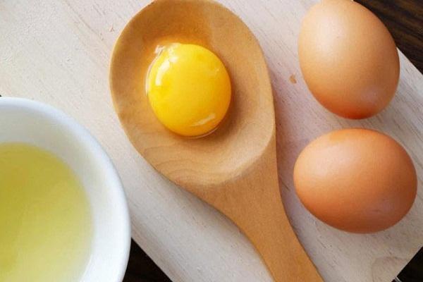 Đập trứng ra bát và tách lấy phần lòng đỏ trứng