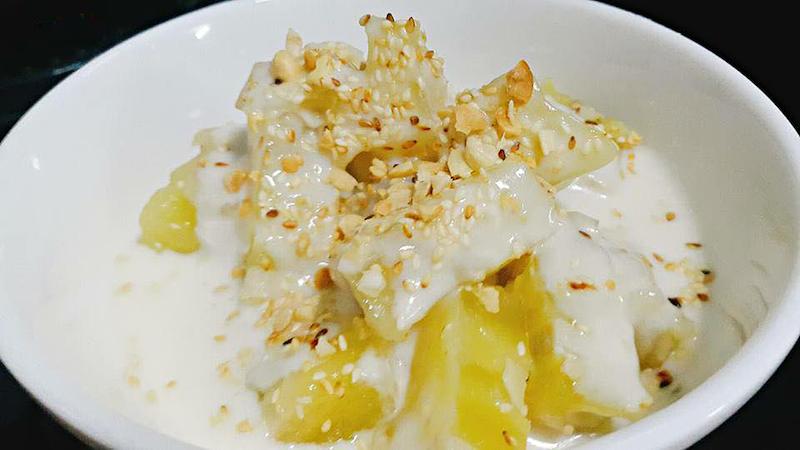 Thưởng thức món bánh chuối hấp thơm ngon cùng nước cốt dừa và mè vừng, lạc rang