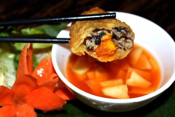 Bánh gối được ăn kèm với tương ớt hoặc pha nước chấm ăn chua ngọt ăn kèm