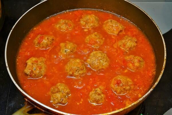 Đun nước sốt cà chua rồi thả xíu mại vào rồi đun sôi thêm 1 lần nữa