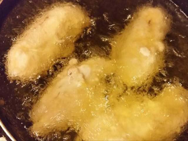 Chiên bánh chuối trong chảo cho vàng giòn