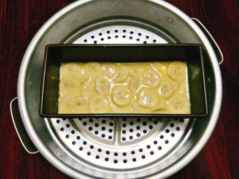 Đặt khuôn bánh chuối vào xửng hấp để bắt đầu hấp bánh chuối