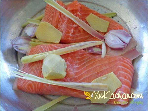 Ướp cá hồi với gừng + hành lá + hành tím + sả và bột nêm rồi đem đi hấp