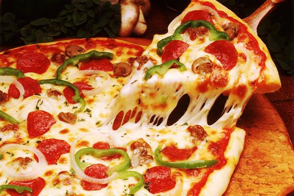 Cách làm pizza xúc xích, tôm, giăm bông, ớt chuông, hành tây và nấm
